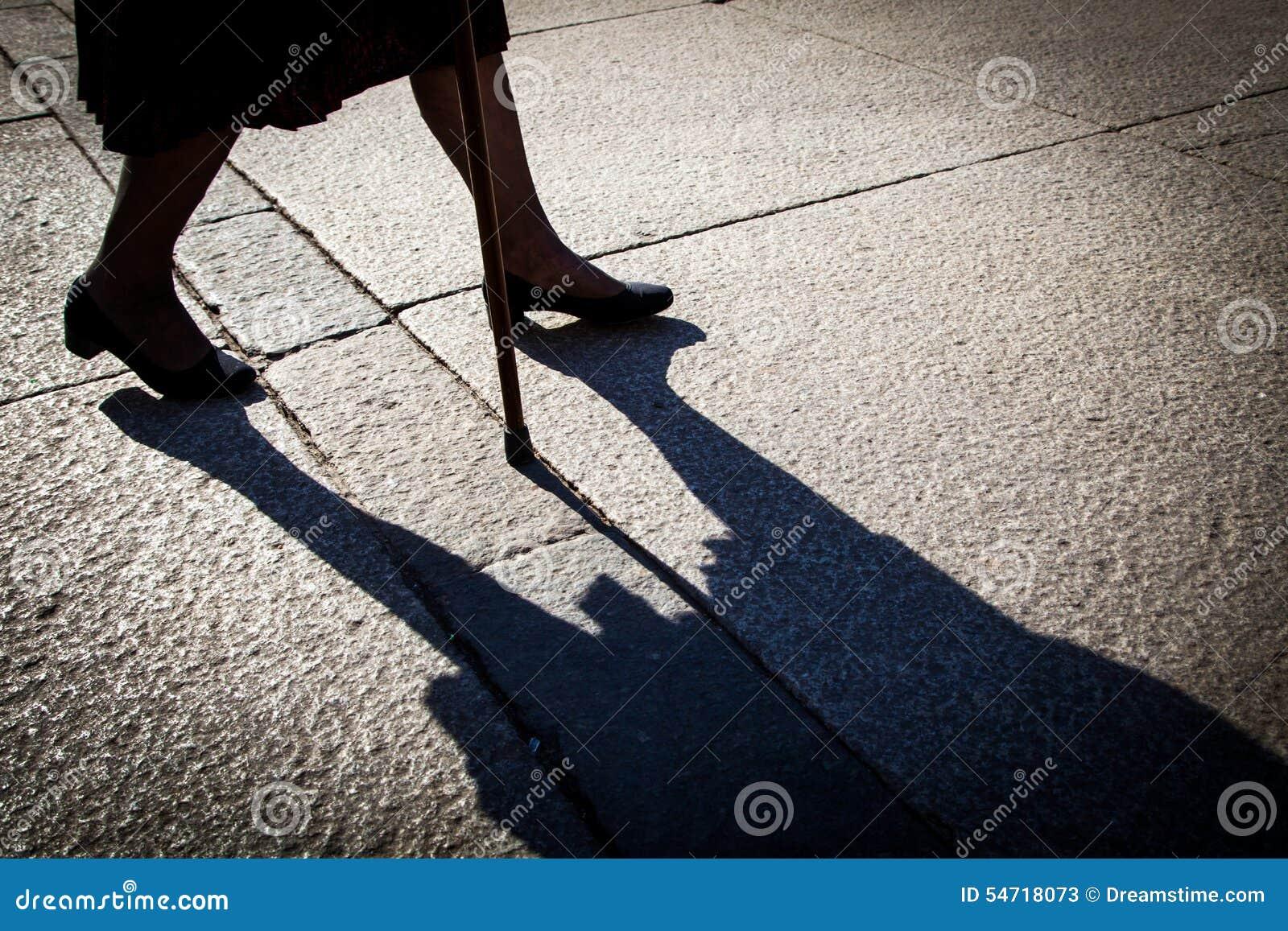 Femme âgée marchant avec la canne