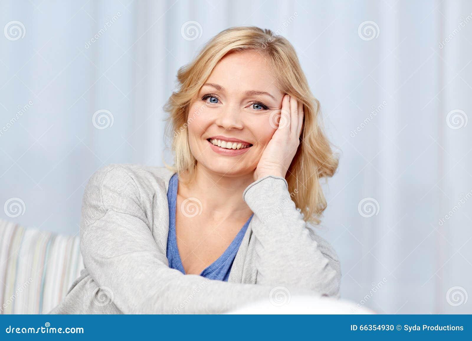 Femme âgée par milieu heureux à la maison