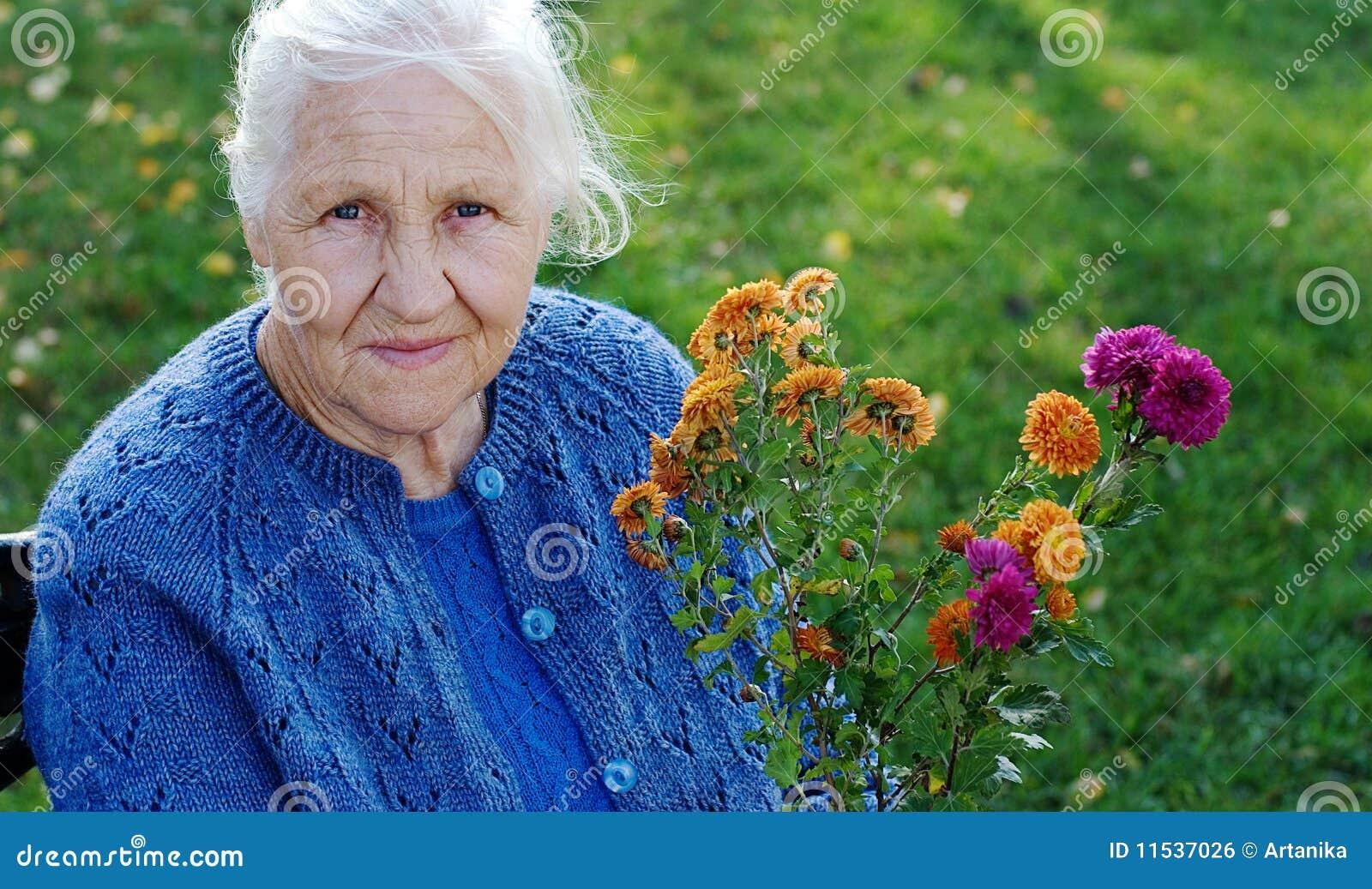 Femme âgée sur le pré vert