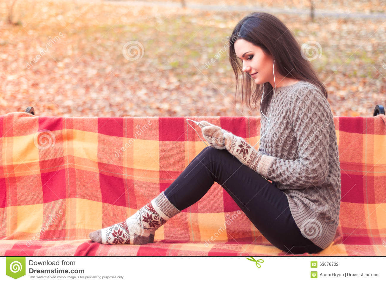 Download Femme écoutant La Musique Sur Un Banc Photo stock - Image du gants, orange: 63076702