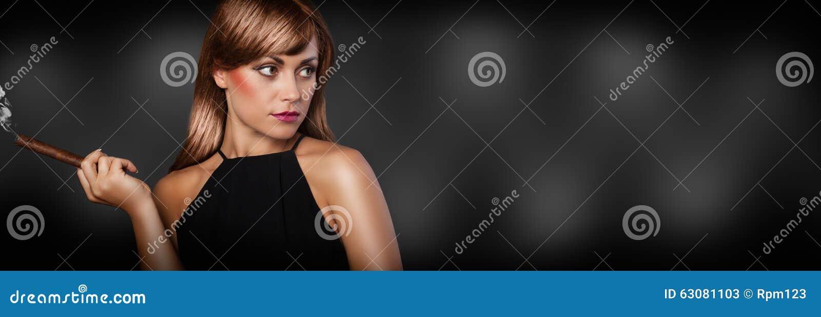 Download Femme élégante Avec Le Cigare Image stock - Image du tabagisme, noir: 63081103