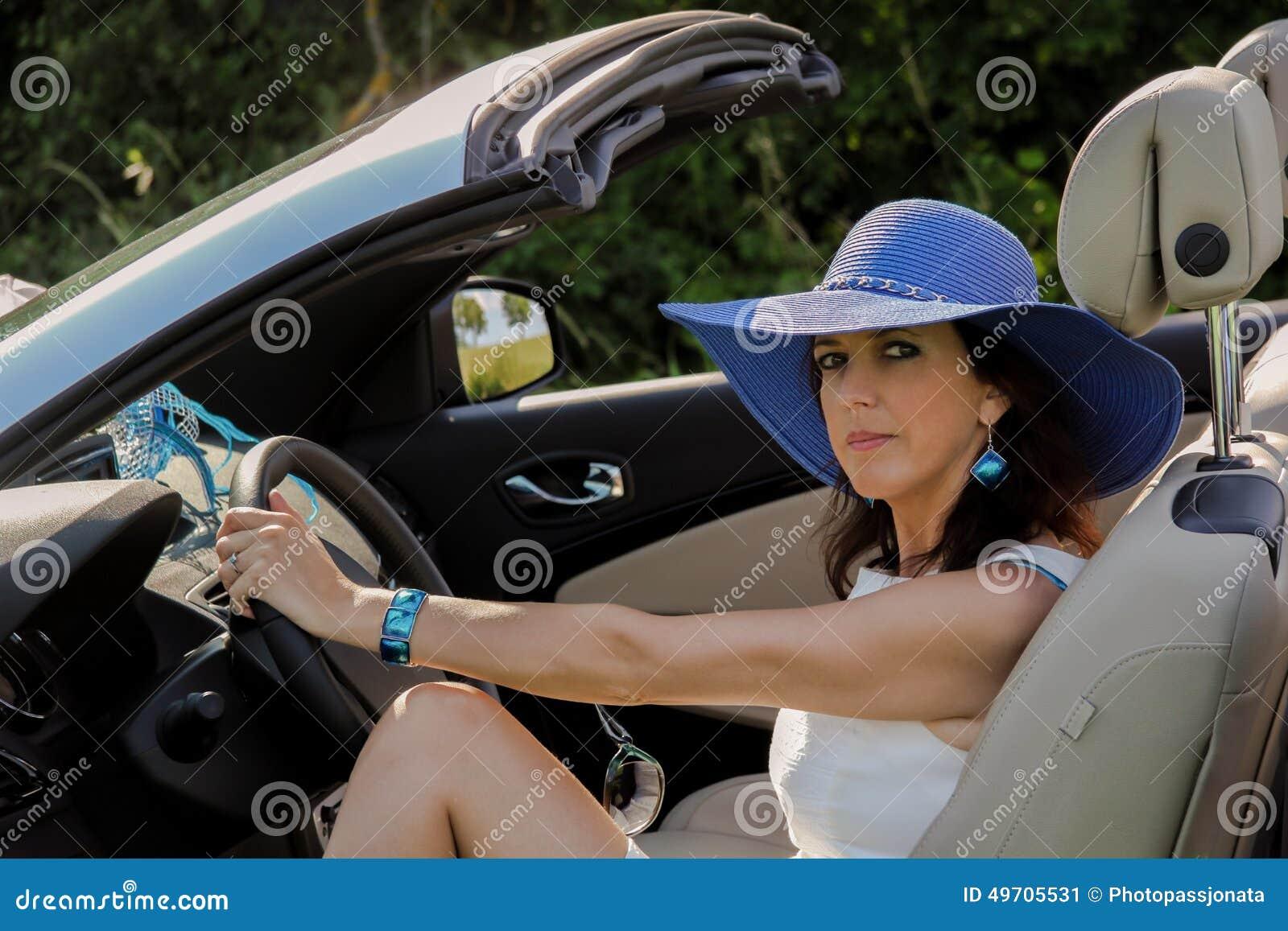 femme l gante dans la voiture photo stock image 49705531. Black Bedroom Furniture Sets. Home Design Ideas