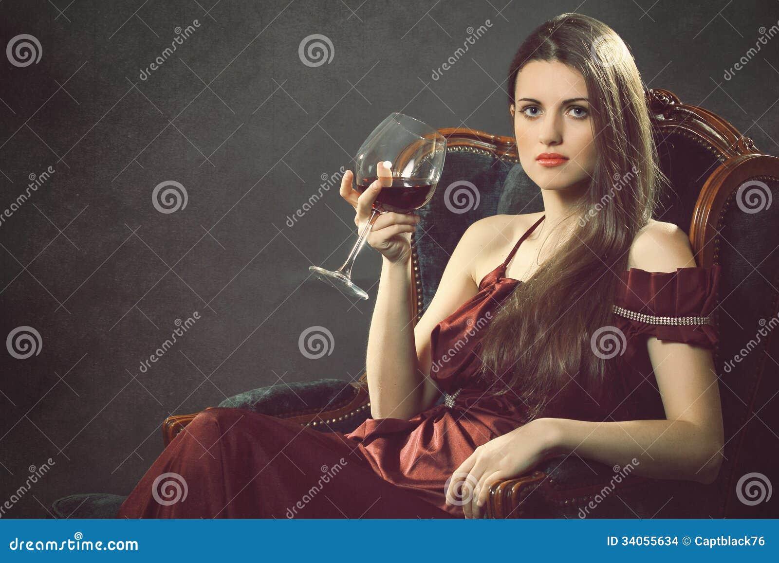 Femme élégante de mode avec le verre à vin