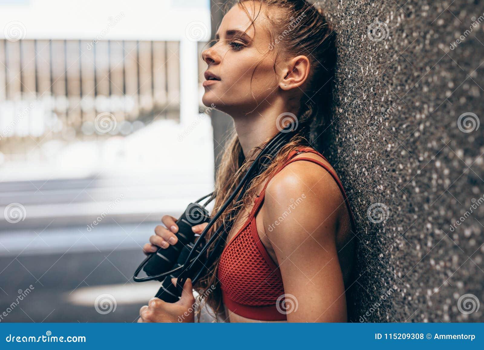 Femme épuisée après session intense de séance d entraînement