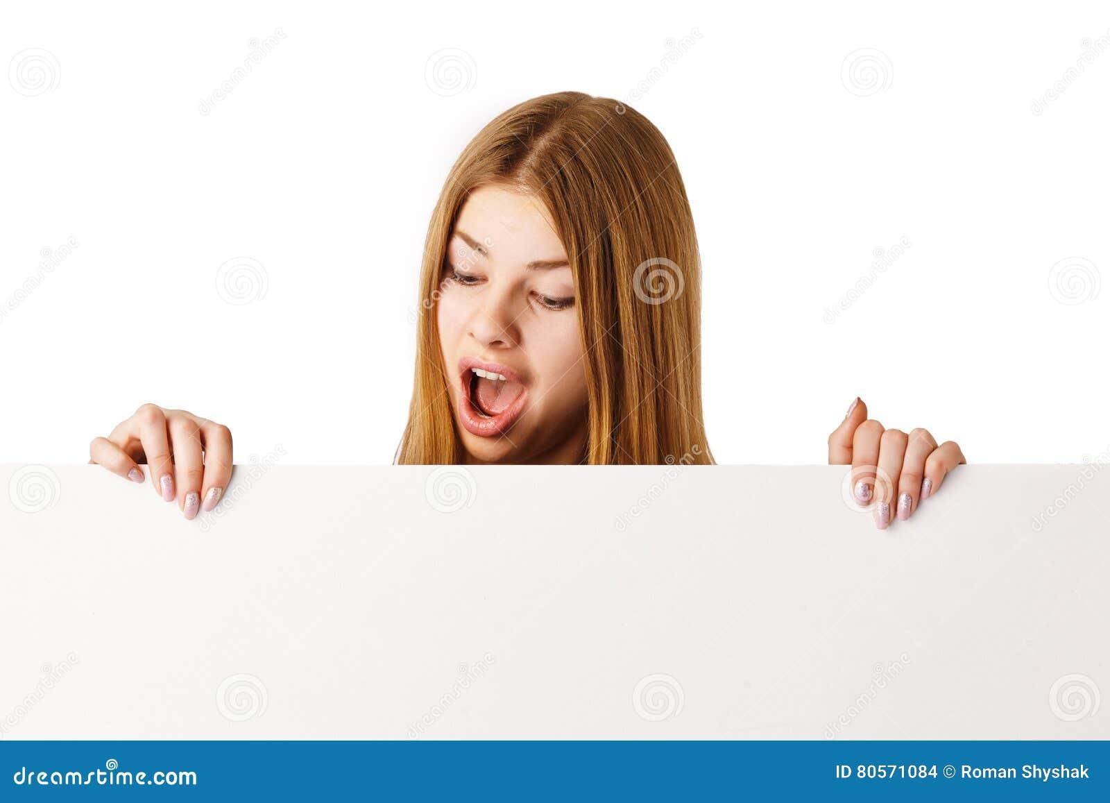 Femme étonnée avec le panneau d affichage