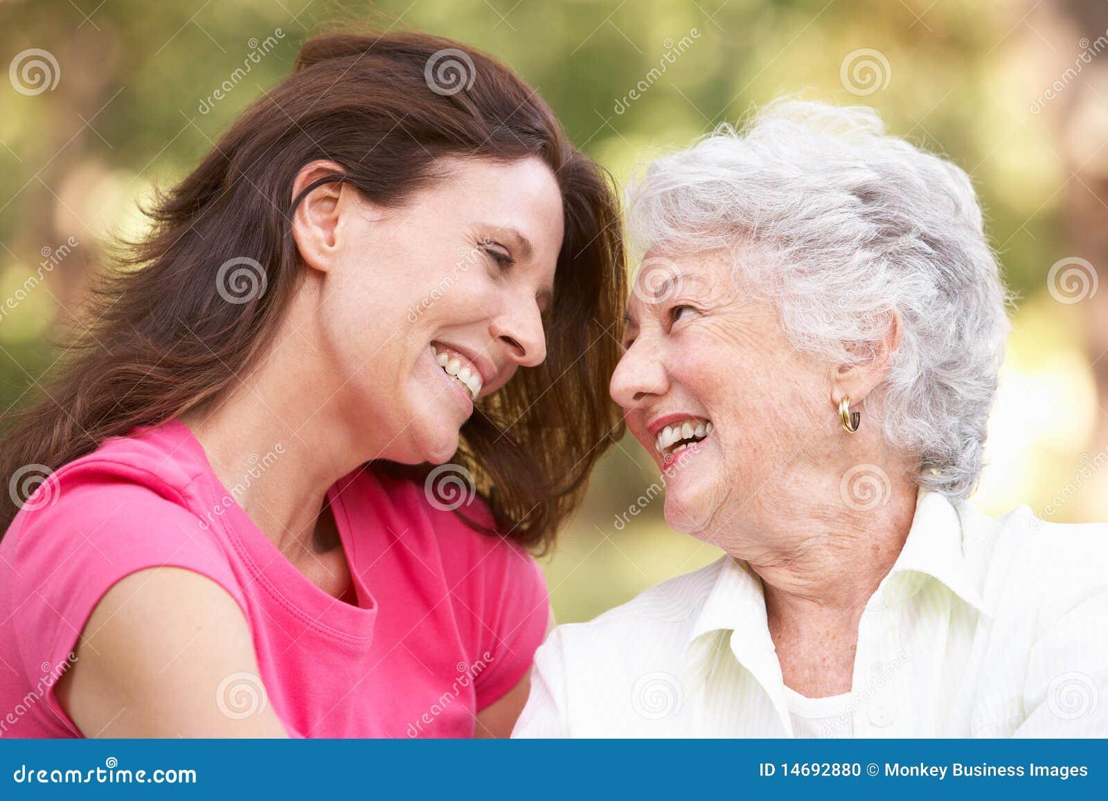 Femme aîné avec le descendant adulte en stationnement