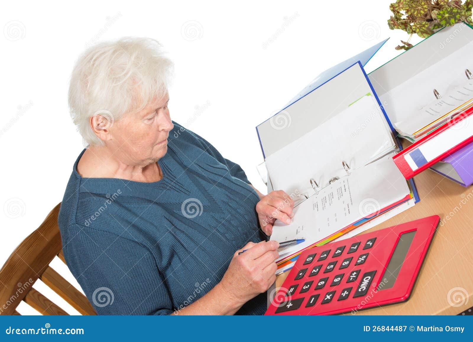 Femme aîné faisant ses comptes
