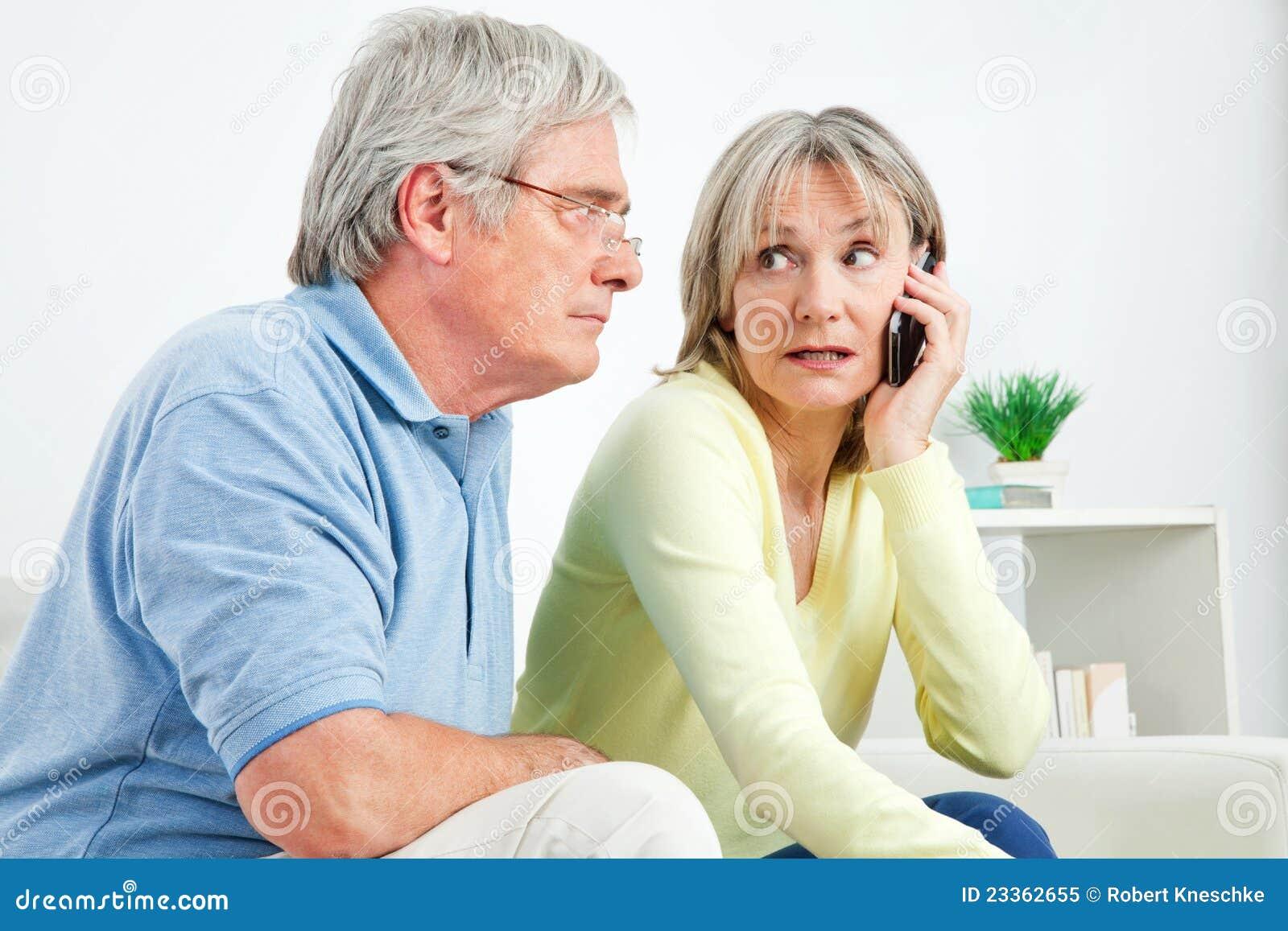 Femme aîné parlant sur le téléphone portable