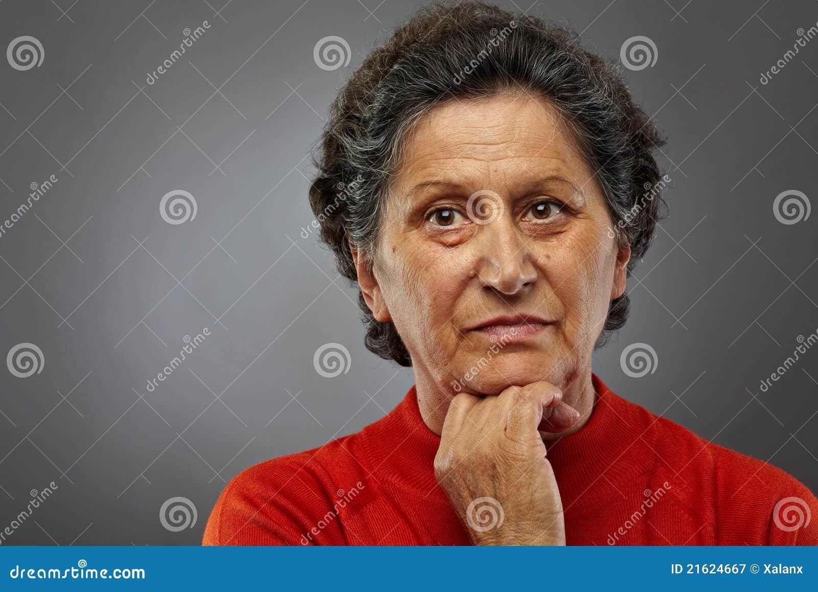 Femme aîné triste dans les pensées