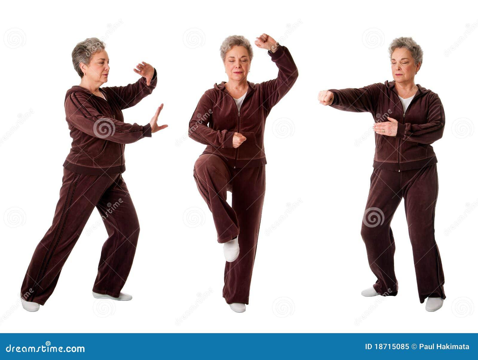 Femme aînée faisant l exercice de yoga de Chi de Tai