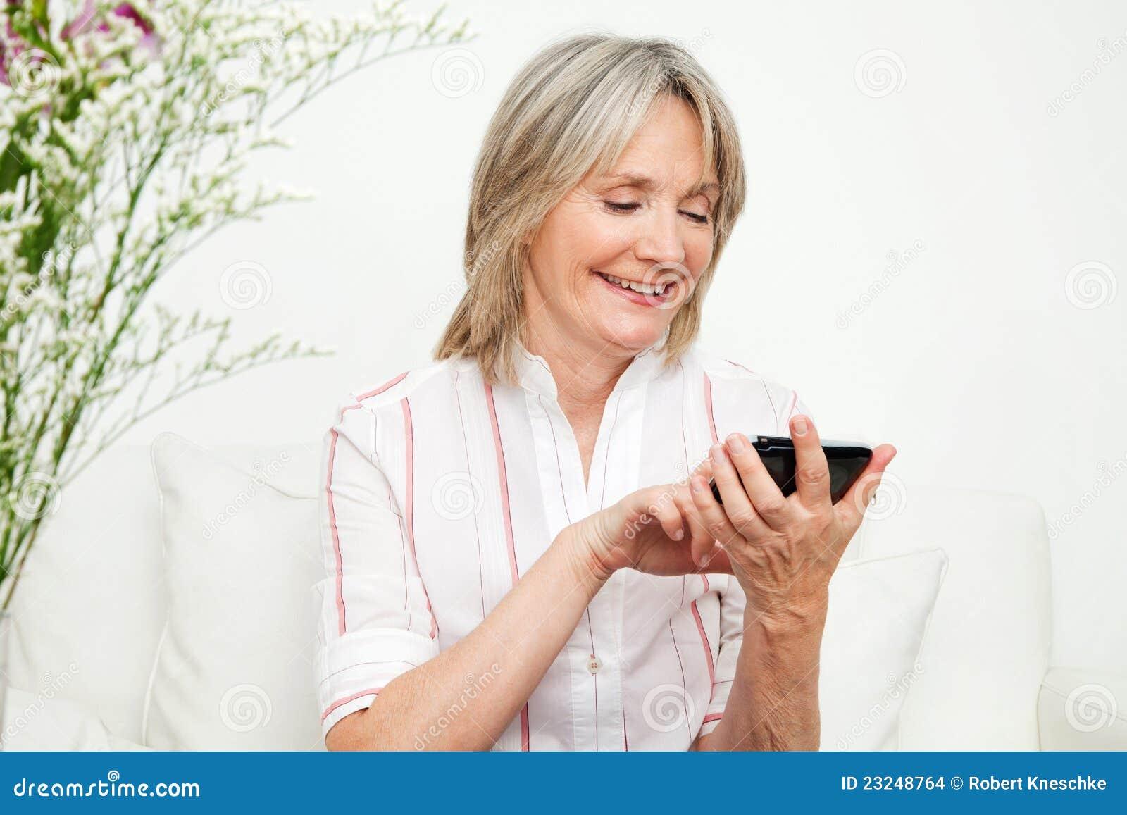 Femme aînée utilisant le smartphone