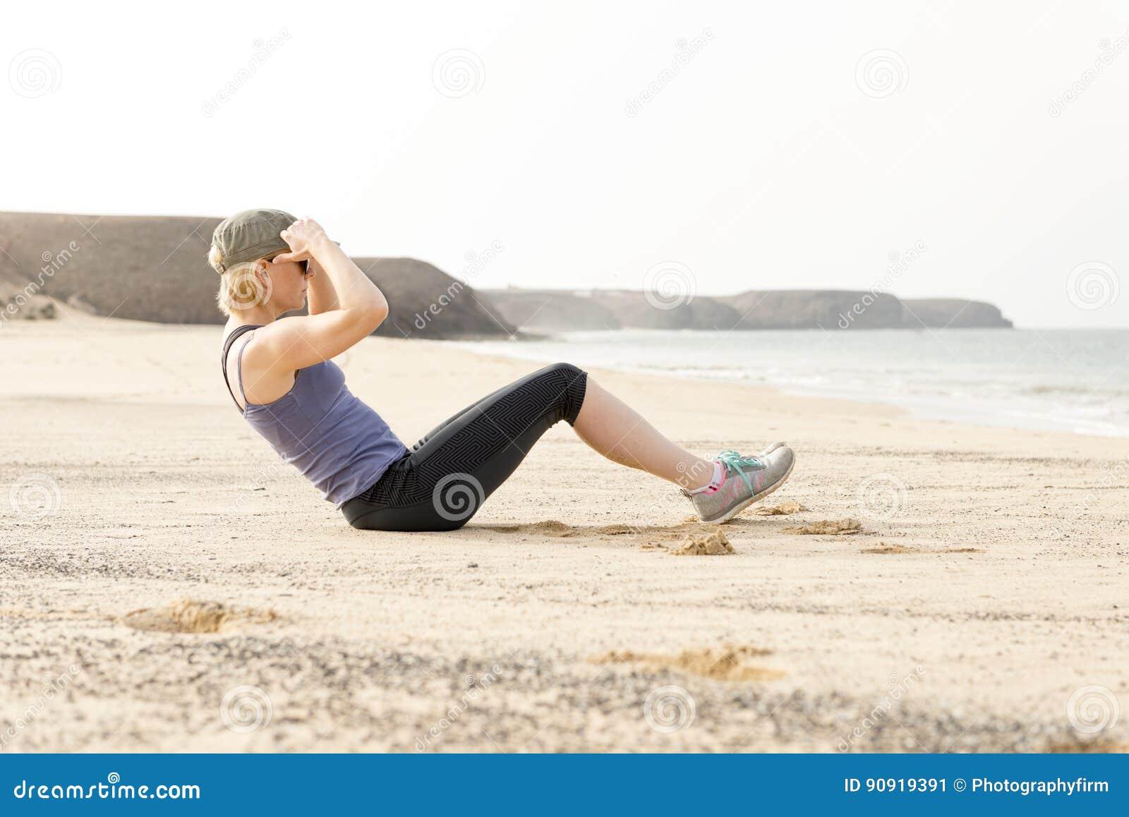 Femme active faisant Reposer-UPS par la plage