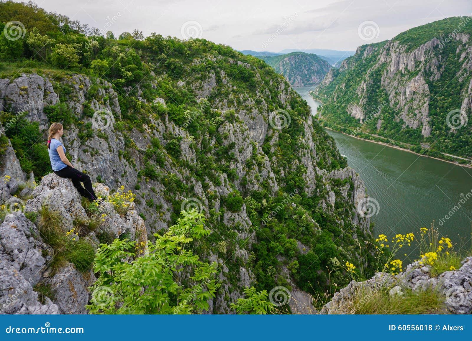 Femme admirant la vue au-dessus du Danube, Roumanie