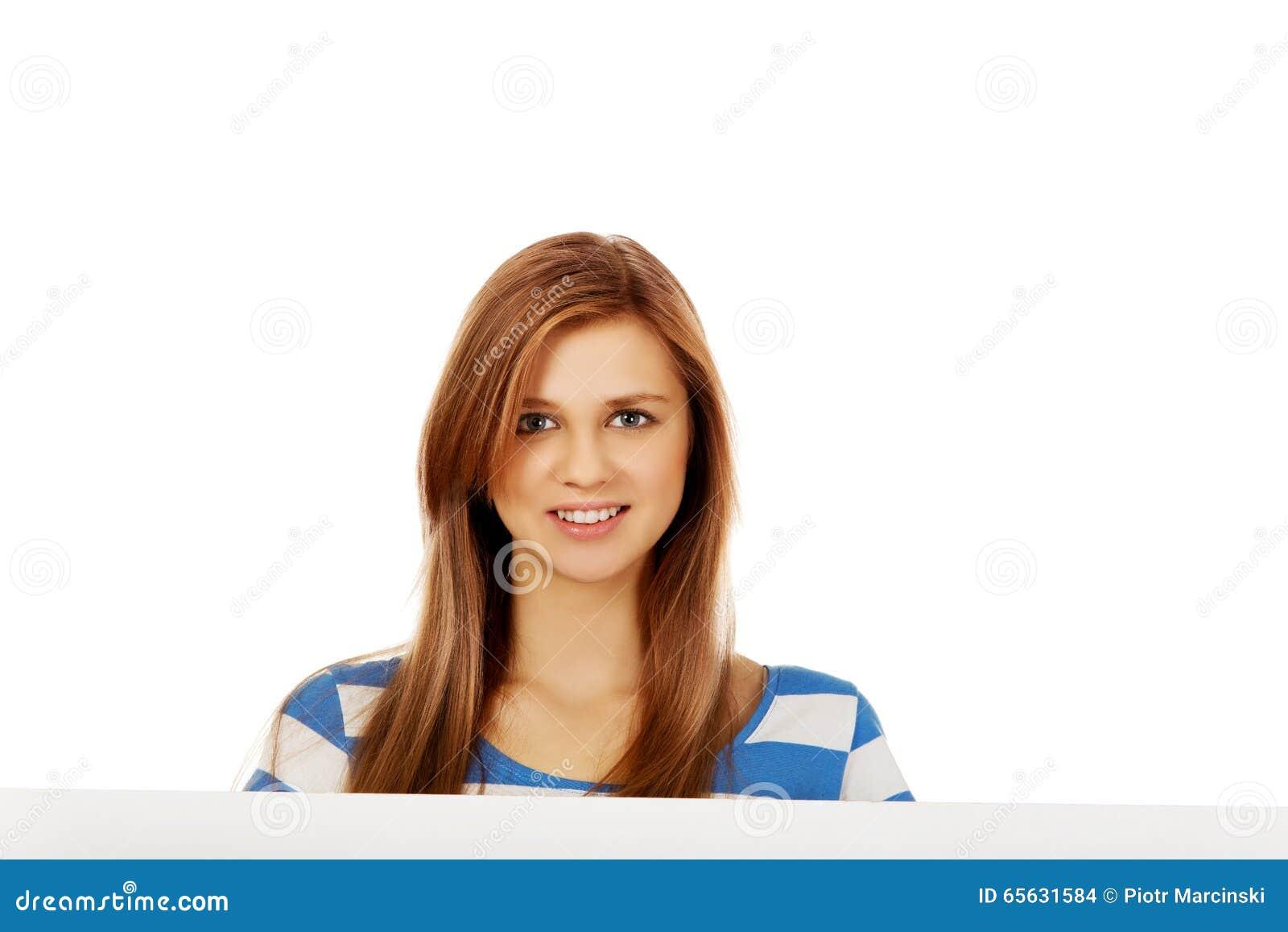 Femme adolescente heureuse avec le panneau d affichage vide