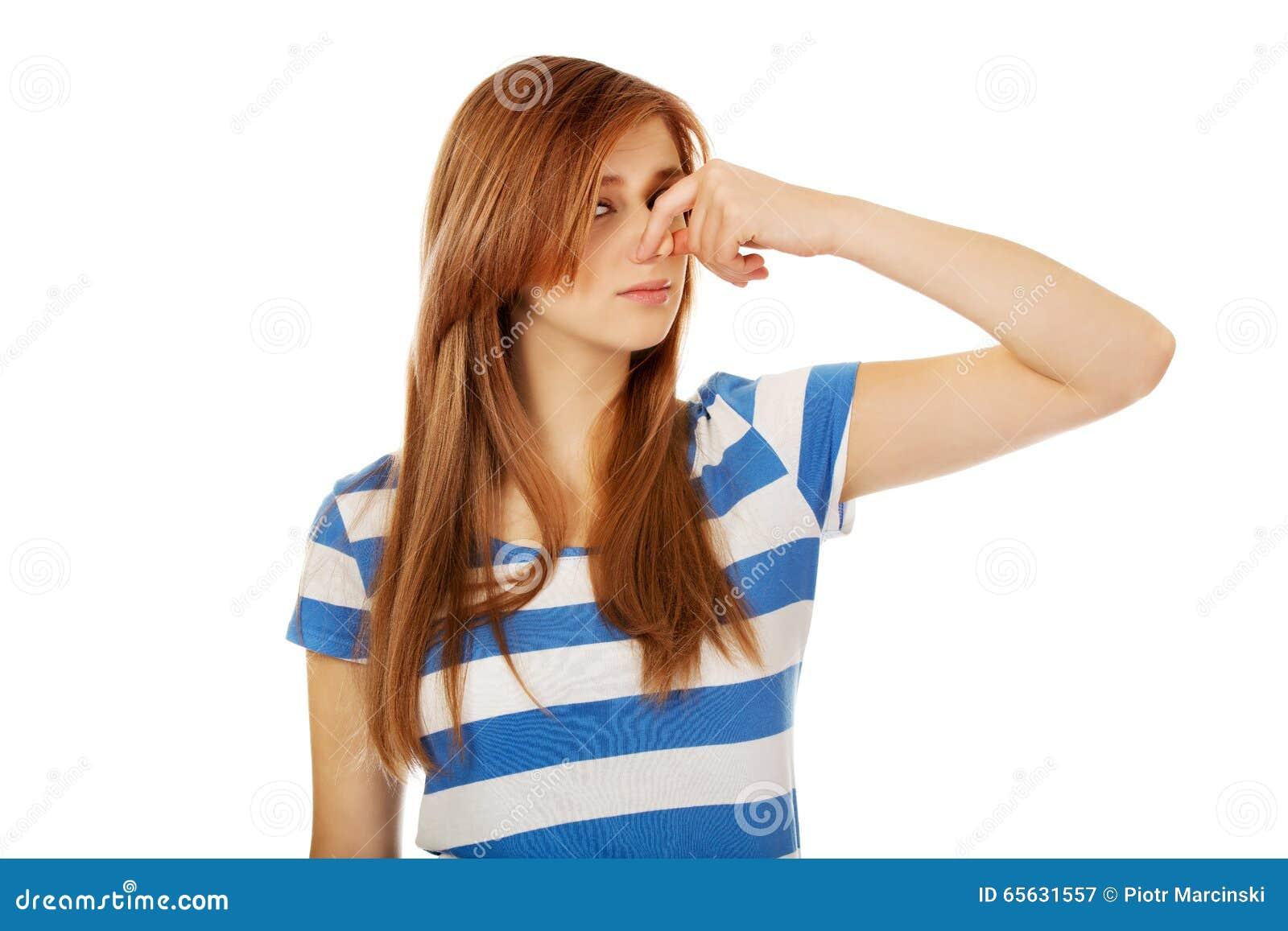Femme adolescente tenant son nez en raison d une mauvaise odeur