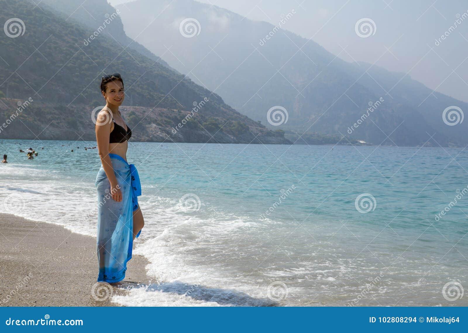 Femme adorable dans le bikini sur la plage dans Oludeniz, Turquie