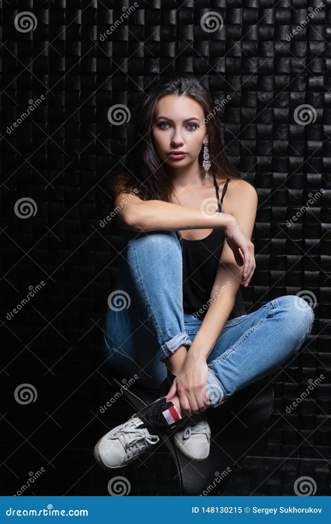 Femme adorable sur un fond noir