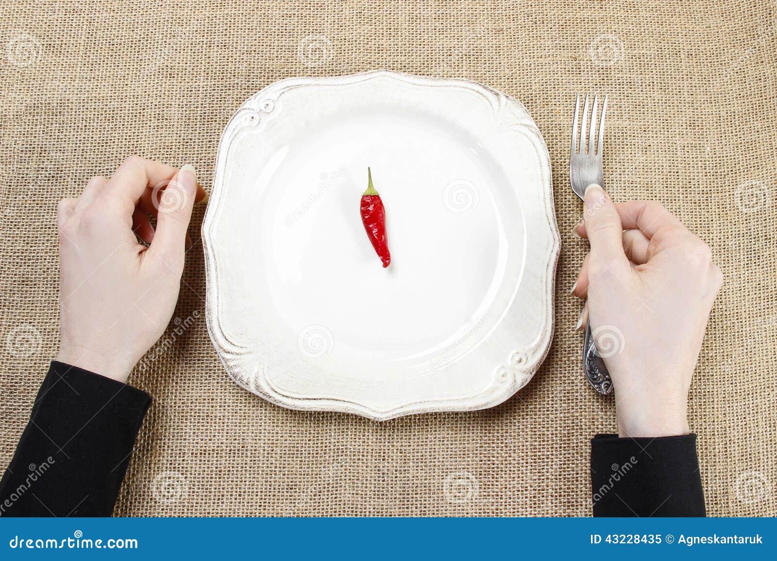 Femme affamée mangeant des poivrons de piment d un rouge ardent Symbole de l adaptation à