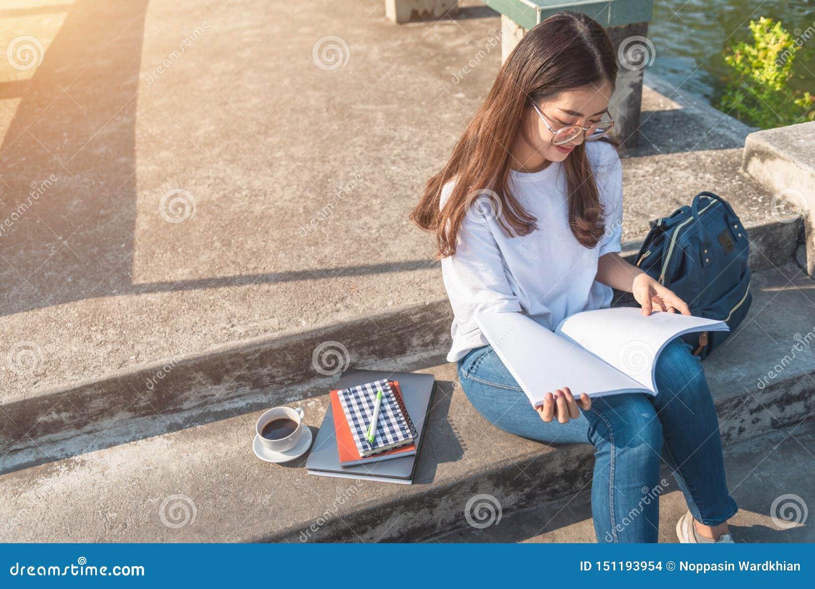 Femme affichant un livre en stationnement