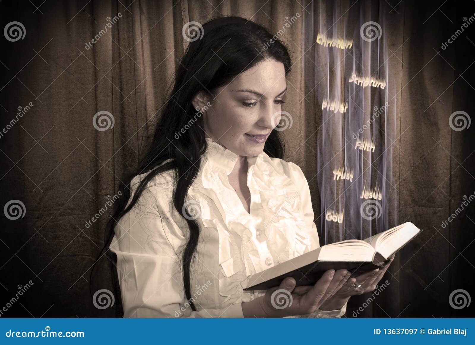 Femme affichant une bible