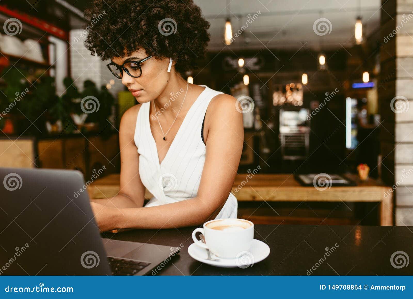 Femme africaine au café