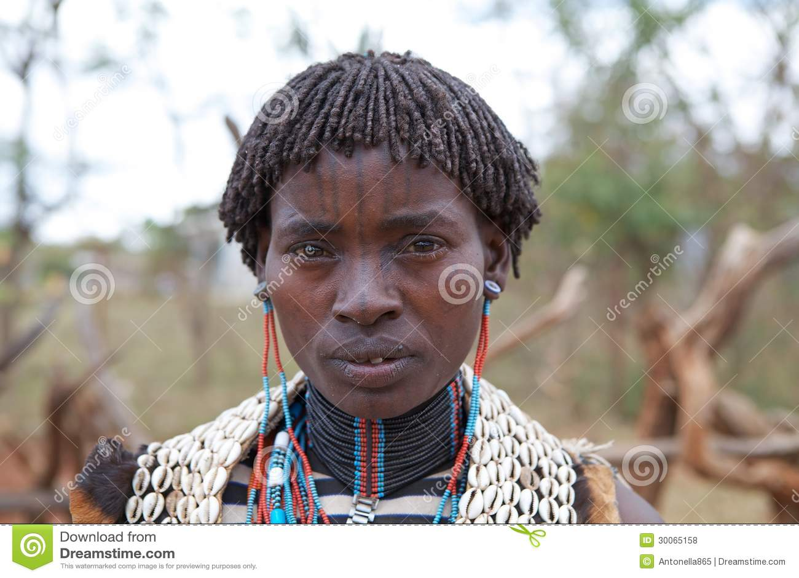 Femme africaine avec le tatouage de visage Photo stock éditorial