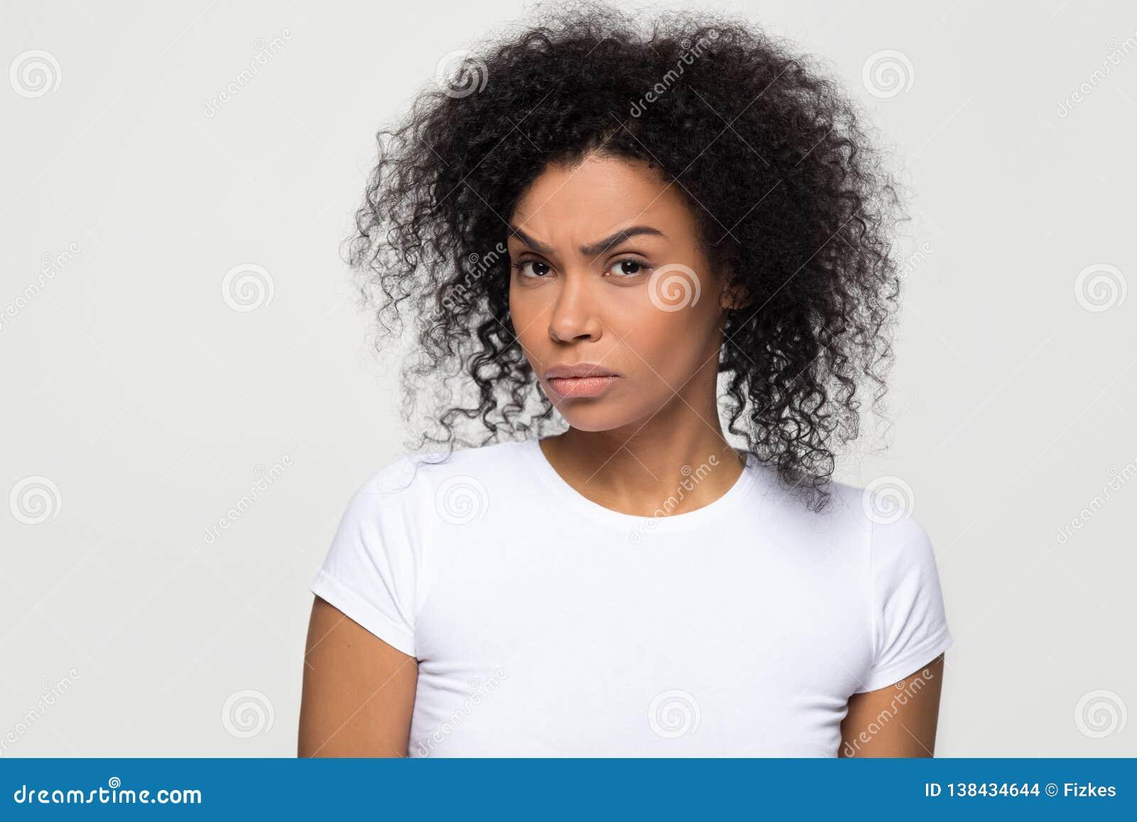 Femme africaine méfiante avec le visage méfiant regardant la caméra