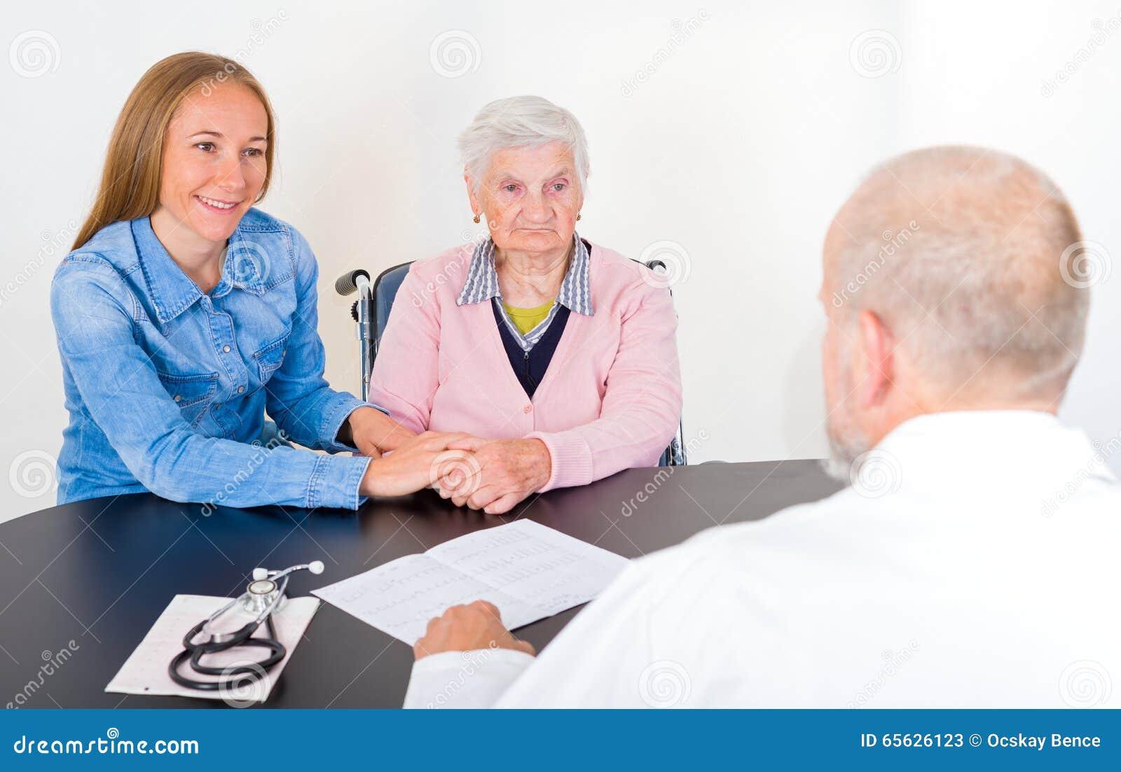 Femme agée au docteur