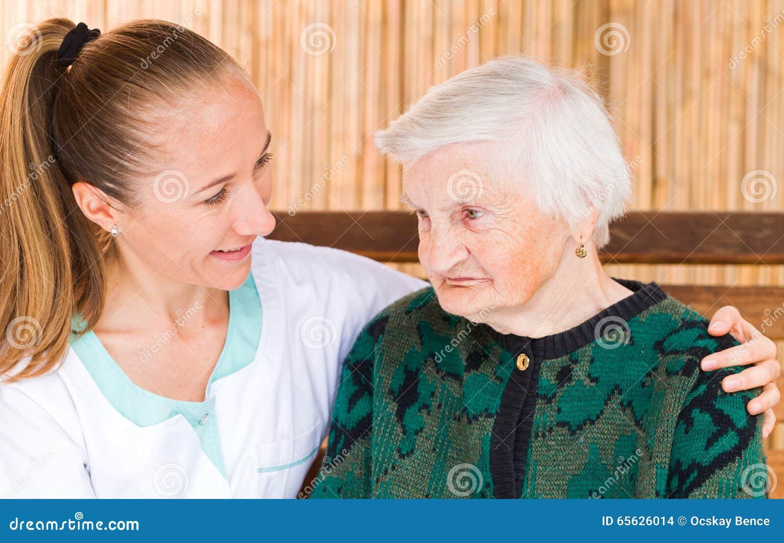Femme agée avec le travailleur social