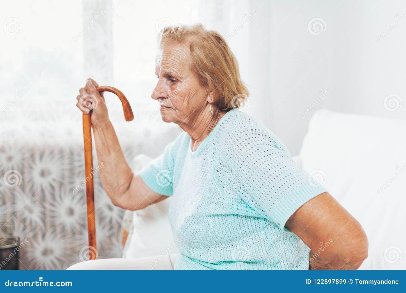 Femme agée avec un bâton de marche