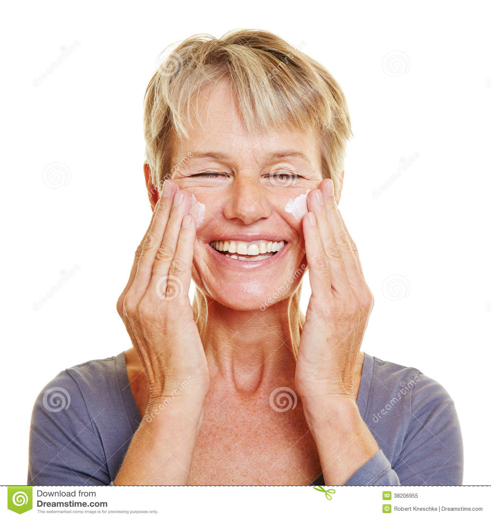 Femme agée caressant sa peau