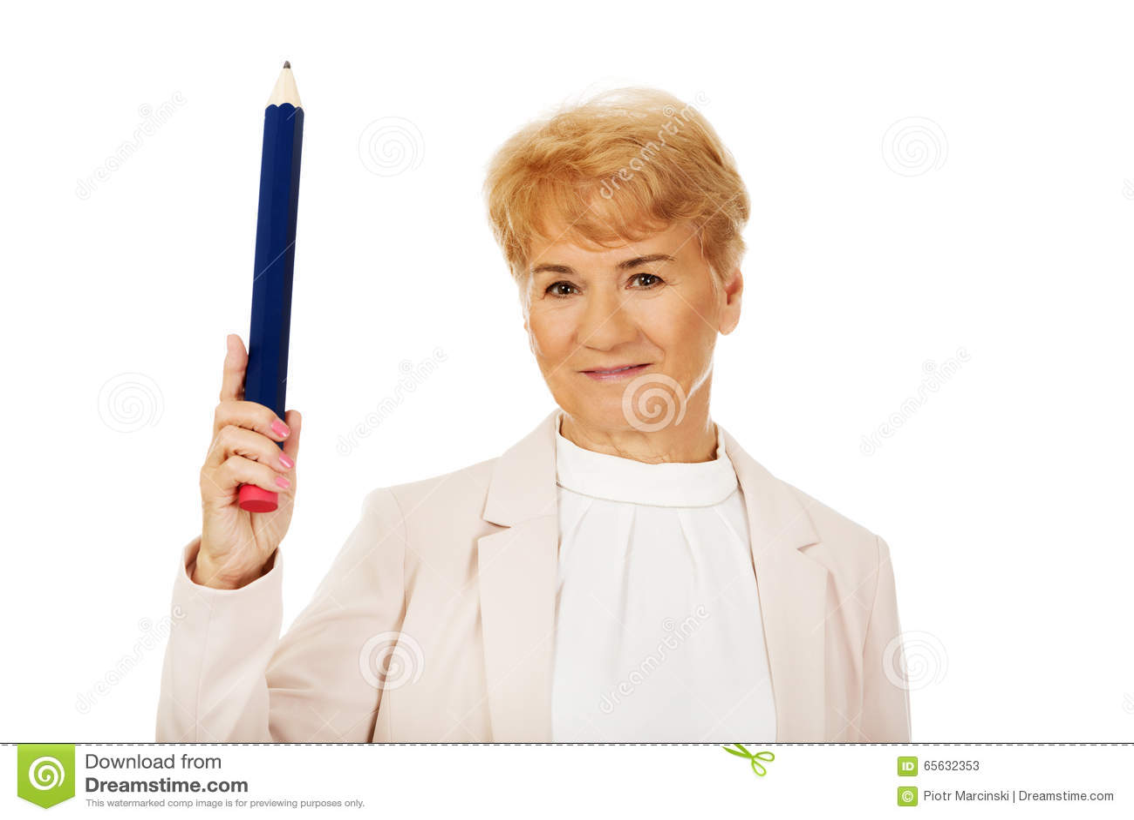 Femme agée de sourire se dirigeant avec le stylo de hege