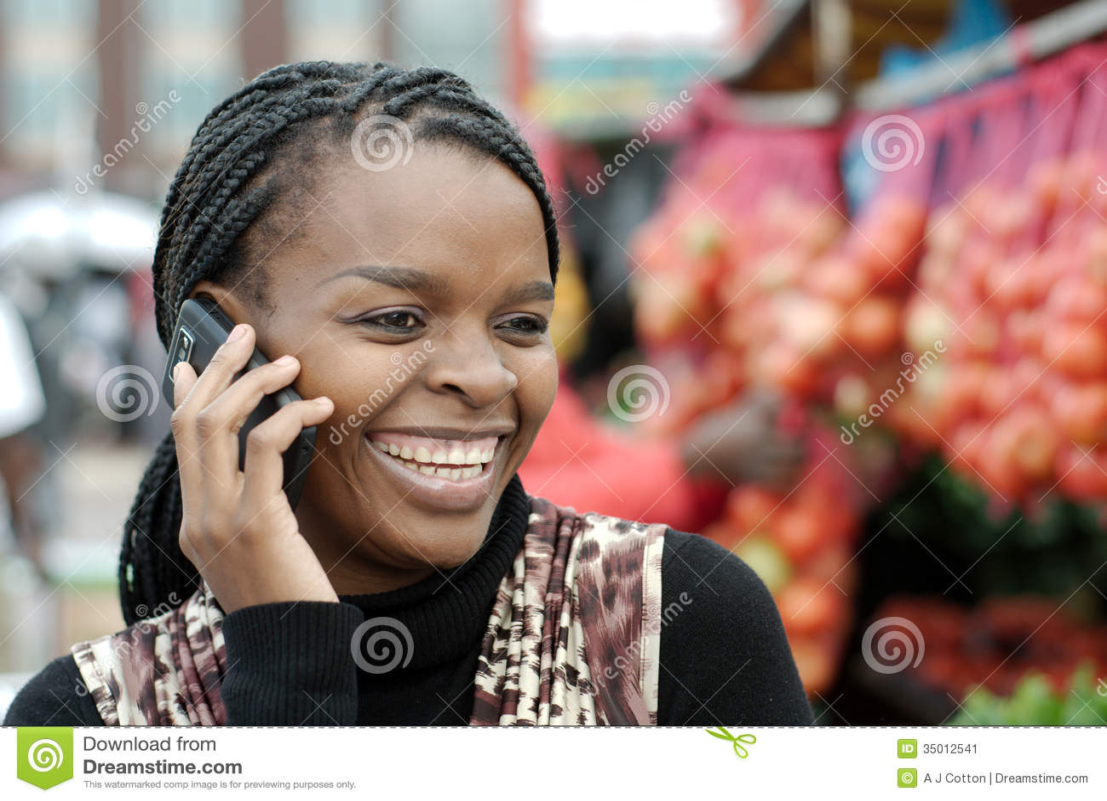 Femme américaine africaine ou noire invitant le téléphone de ligne terrestre