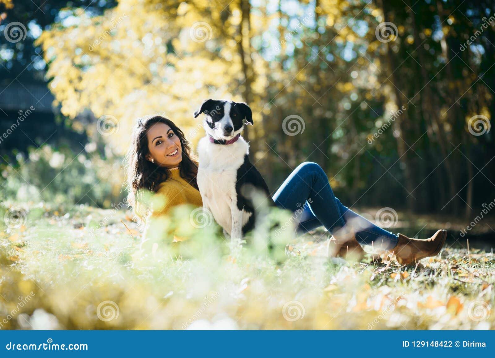 Femme appréciant des loisirs avec son chien