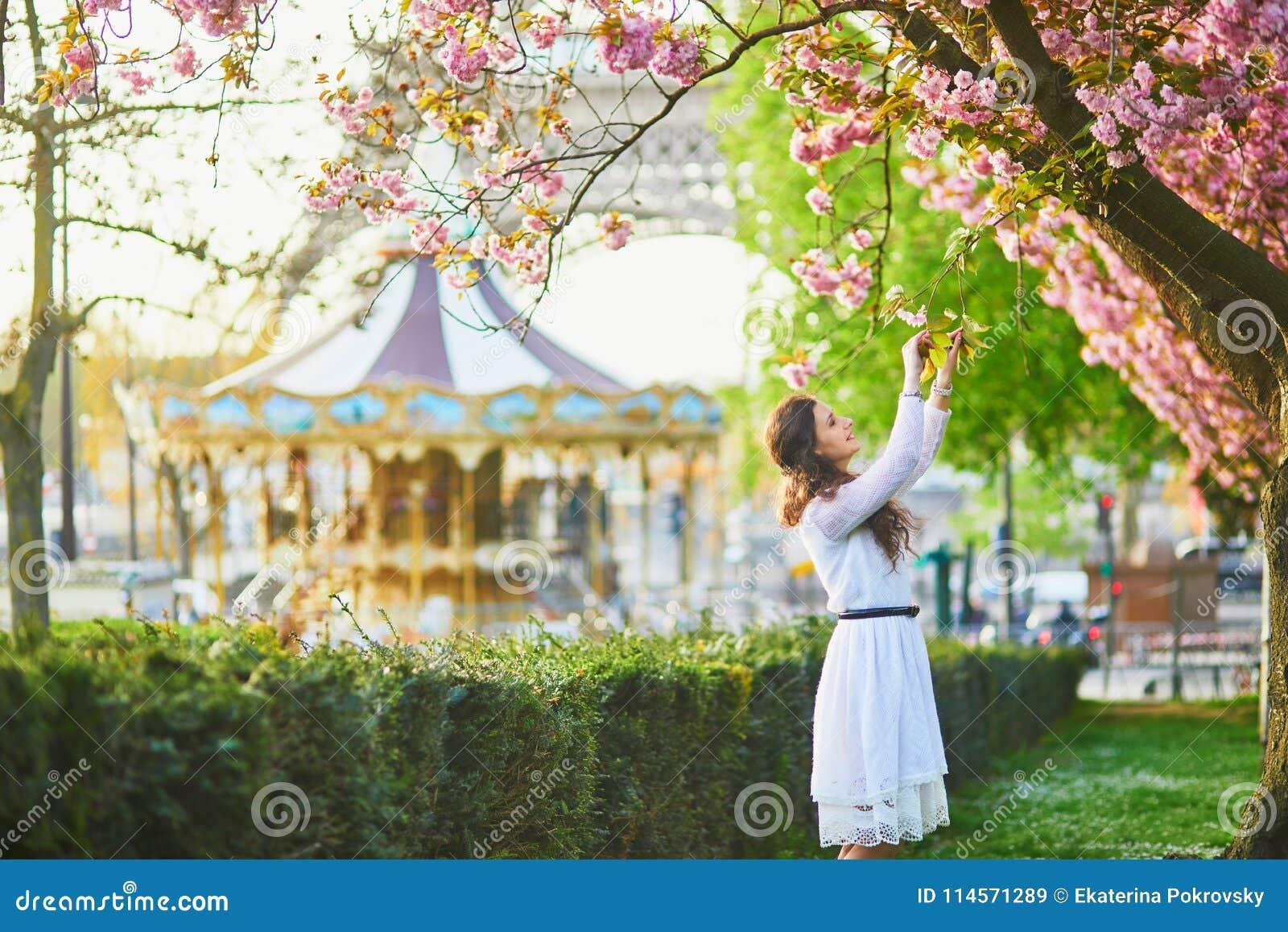Femme appréciant la saison de fleurs de cerisier à Paris, France