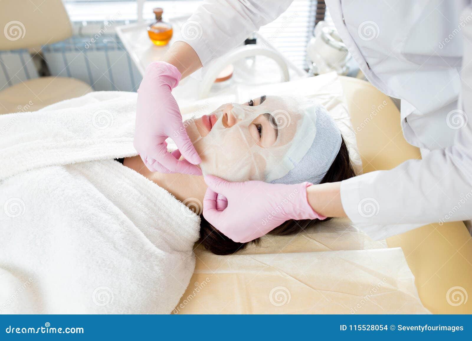 Femme appréciant le soin facial professionnel