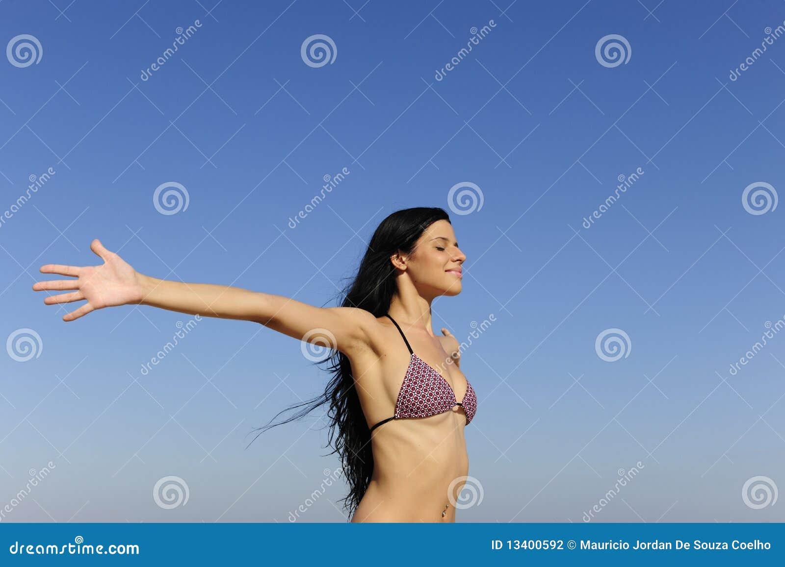 Femme appréciant le soleil