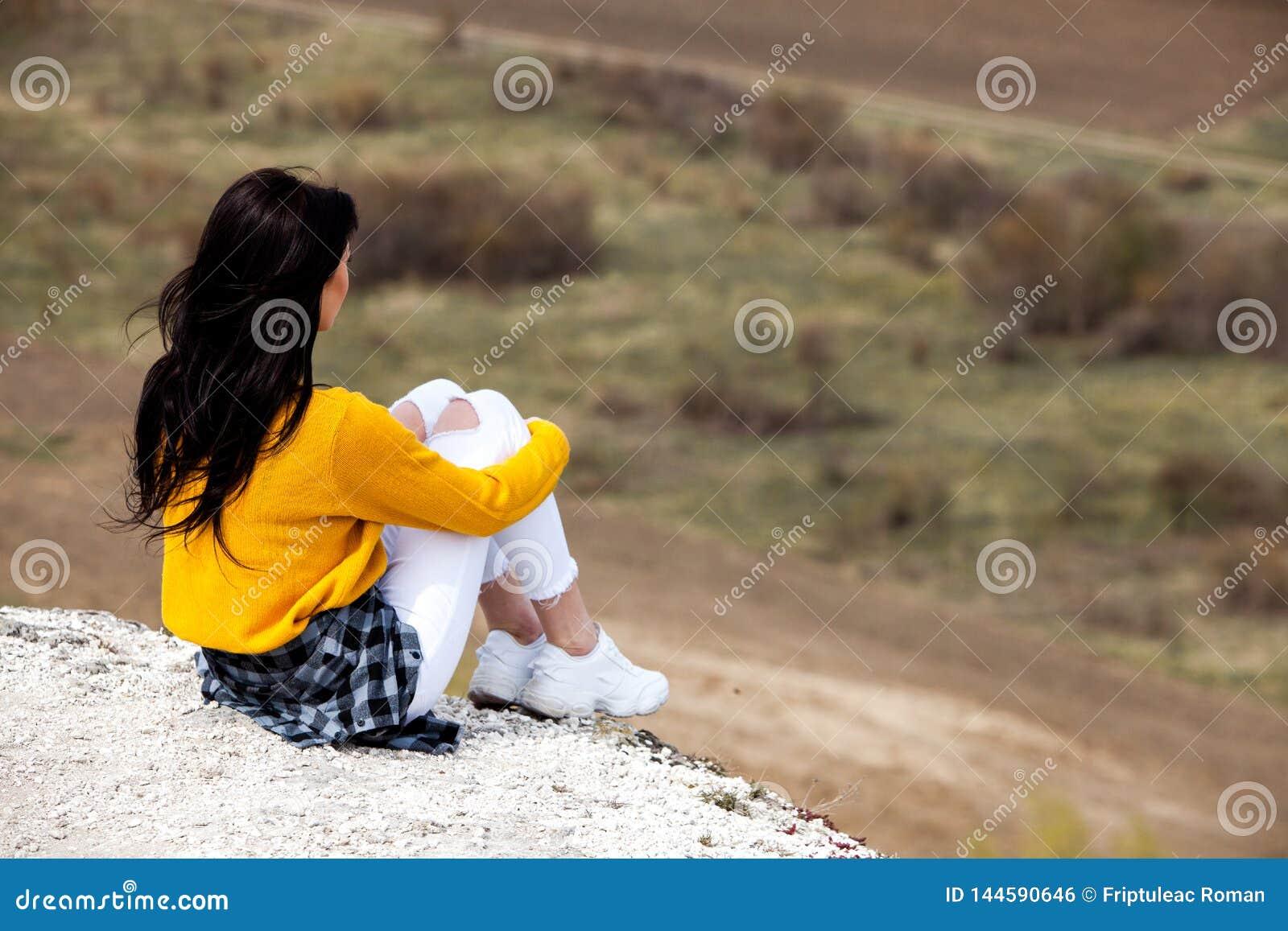 Femme appr?ciant la nature Ext?rieur de d?tente de voyage et jeune femme de concept d envie de voyager de belle nature Fille heur