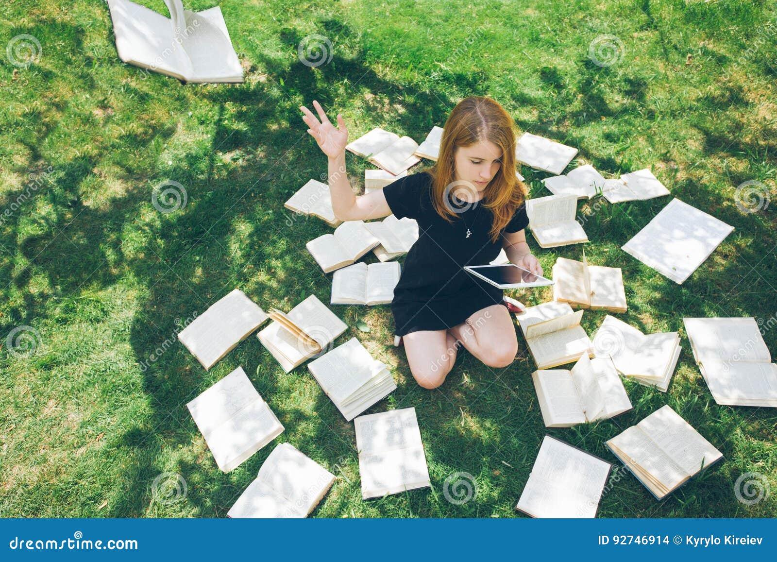 Femme apprenant avec le lecteur et le livre d ebook Choix entre la technologie éducative moderne et la méthode traditionnelle de