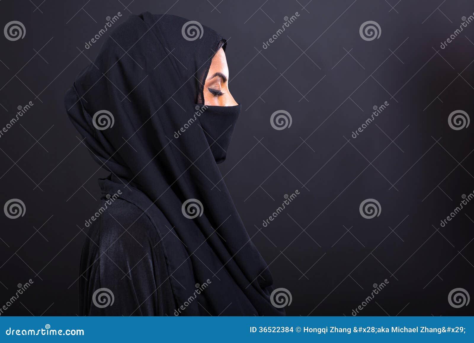Femme Arabe avec des yeux fermés