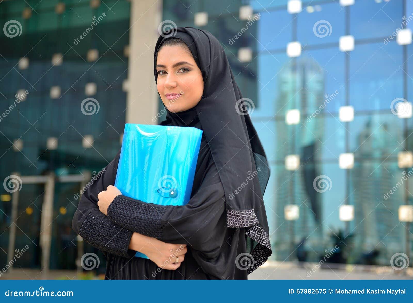 Femme arabe d affaires d emarati en dehors du bureau image stock