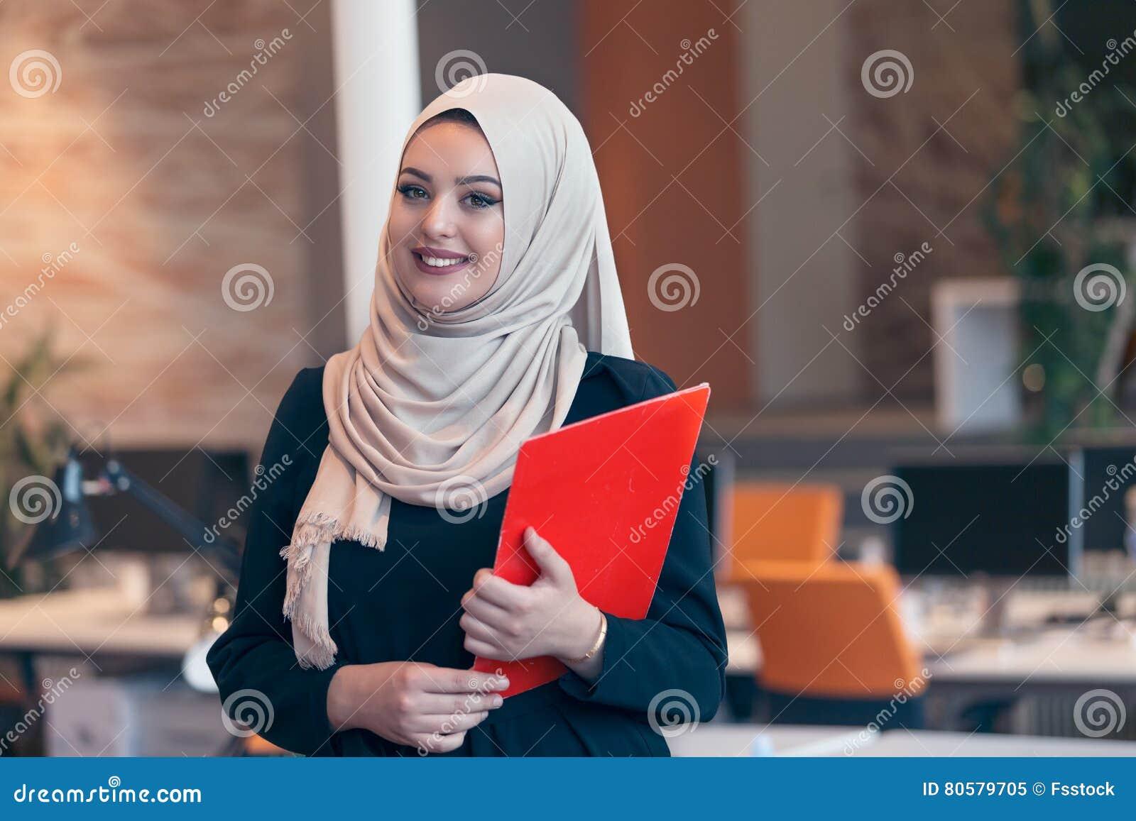 Femme arabe d affaires tenant un dossier dans le bureau de