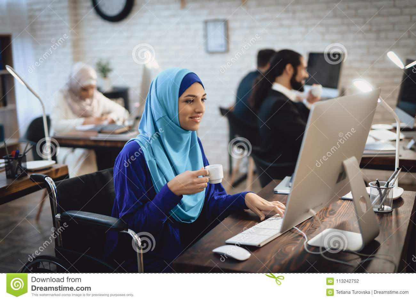 Femme arabe handicapée dans le fauteuil roulant fonctionnant dans