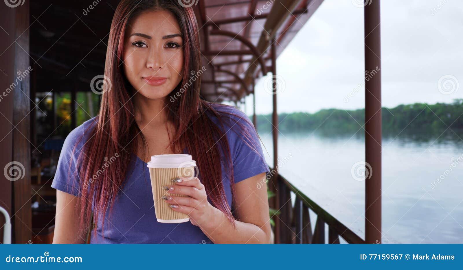 Femme asiatique à l aide du smartphone au lieu de la cabine téléphonique tout en voyageant