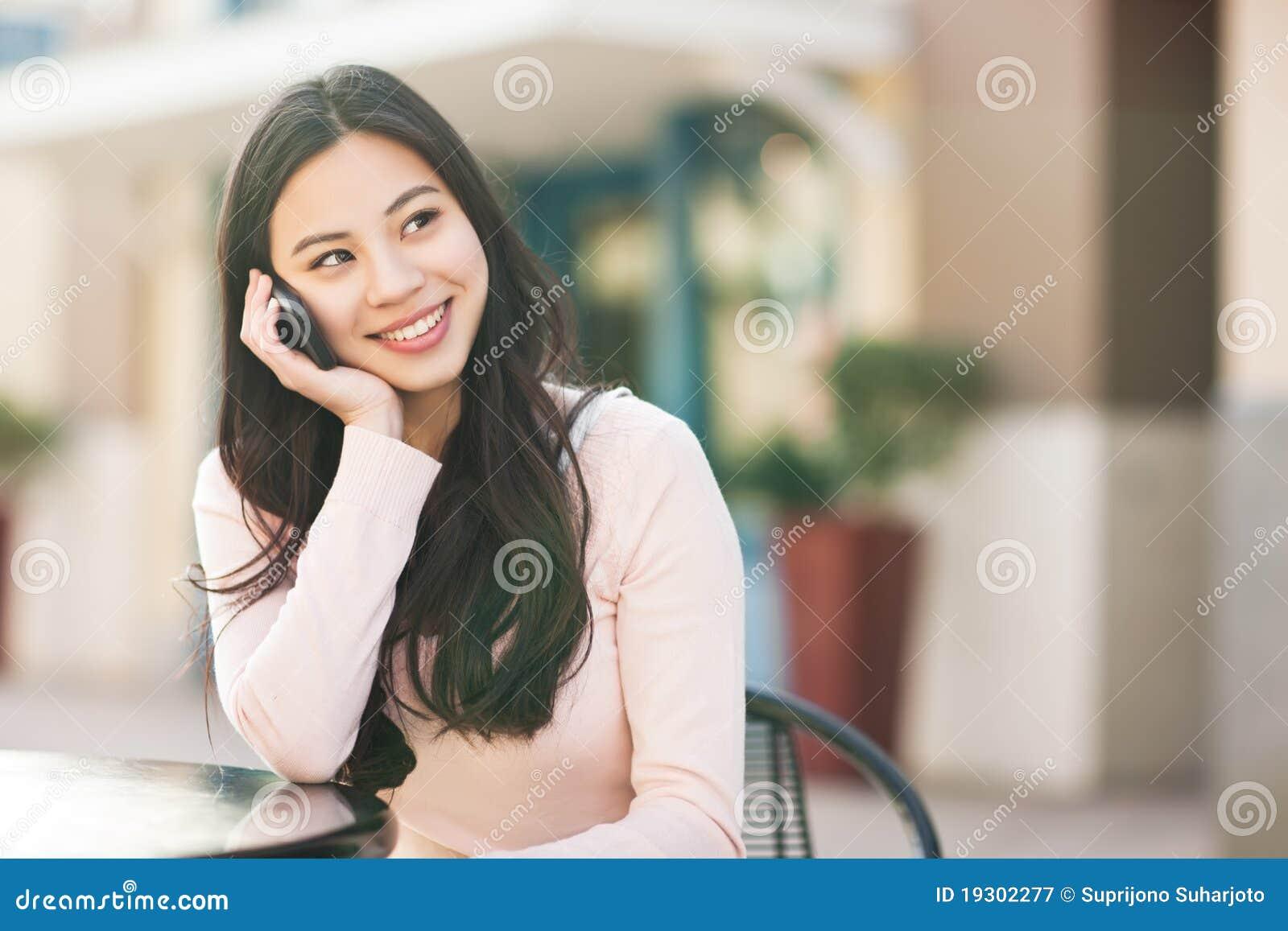 Femme asiatique au téléphone