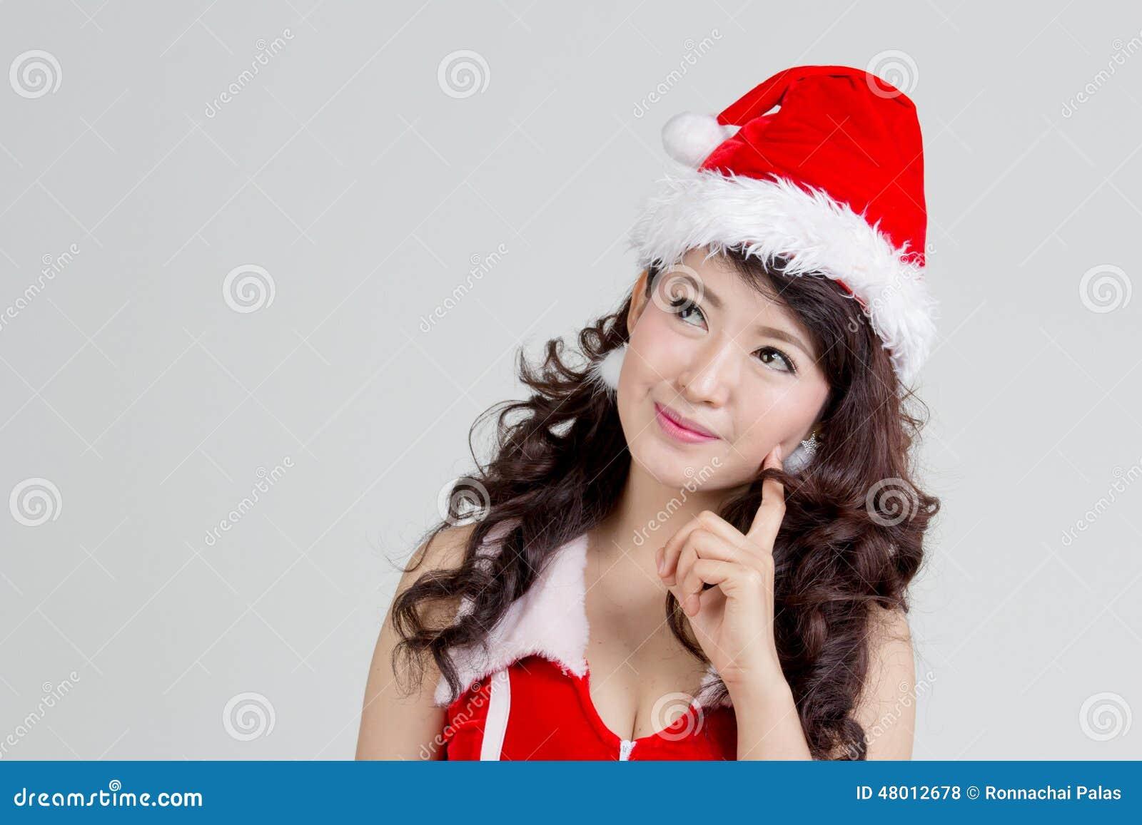 Femme asiatique avec la pensée de robe de Santa