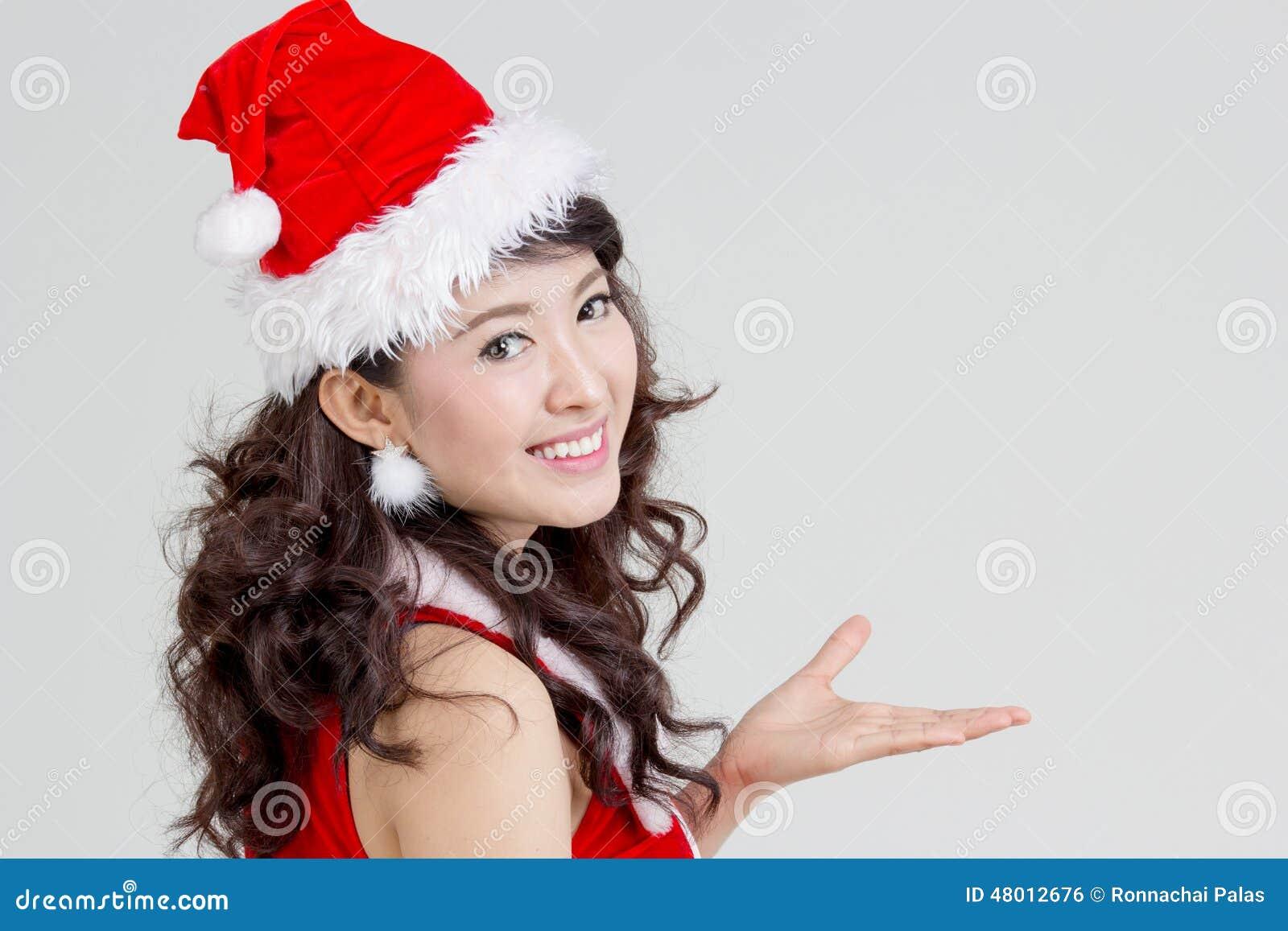 Femme asiatique avec la robe de Santa