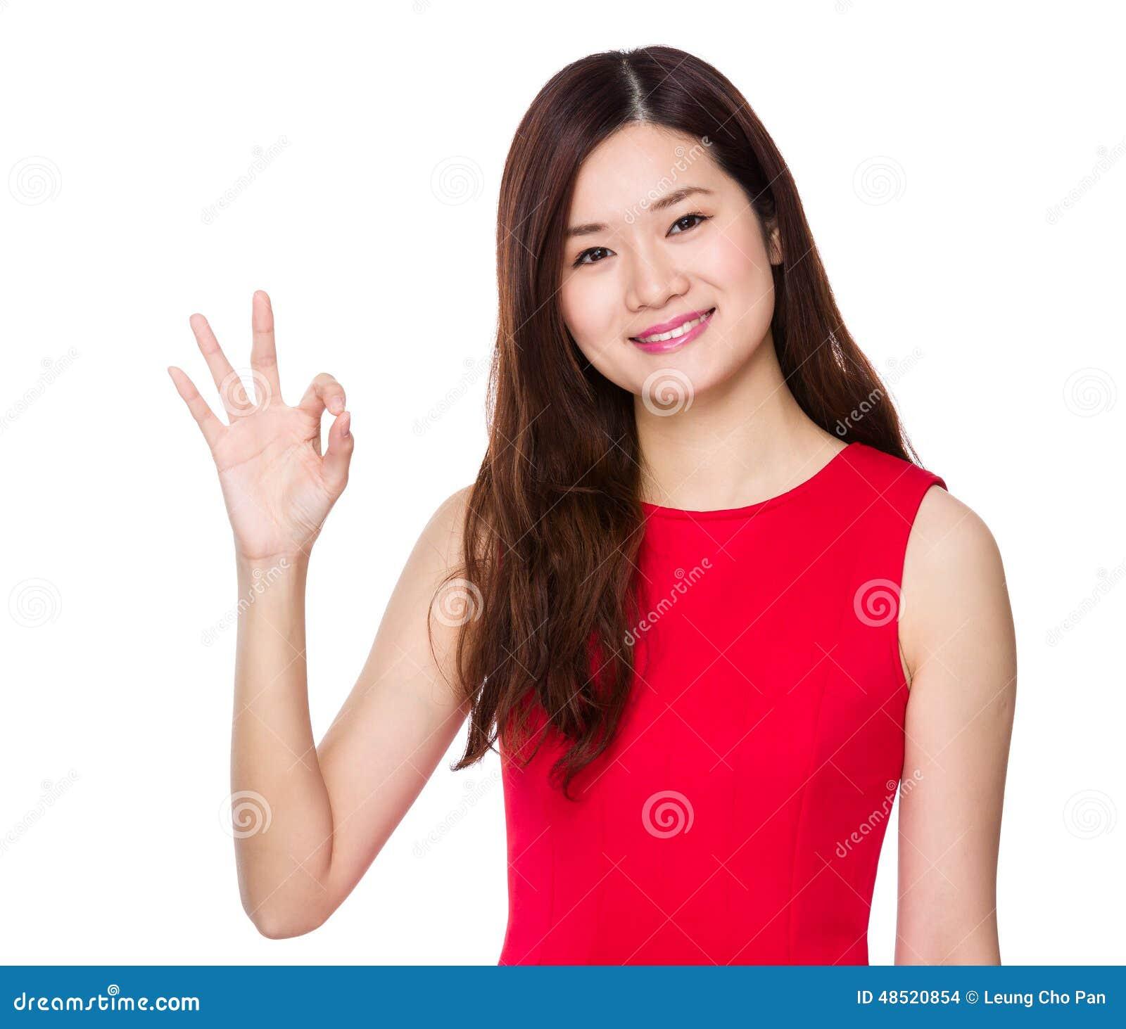 Femme asiatique avec le signe correct