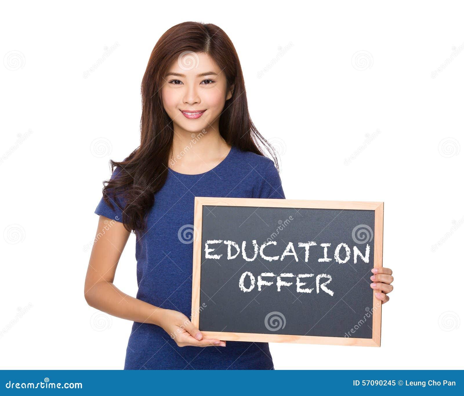 Femme asiatique avec le tableau noir montrant l offre d éducation