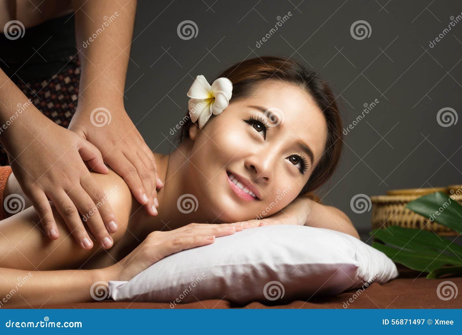 Femme asiatique ayant le massage, massage thaïlandais sain